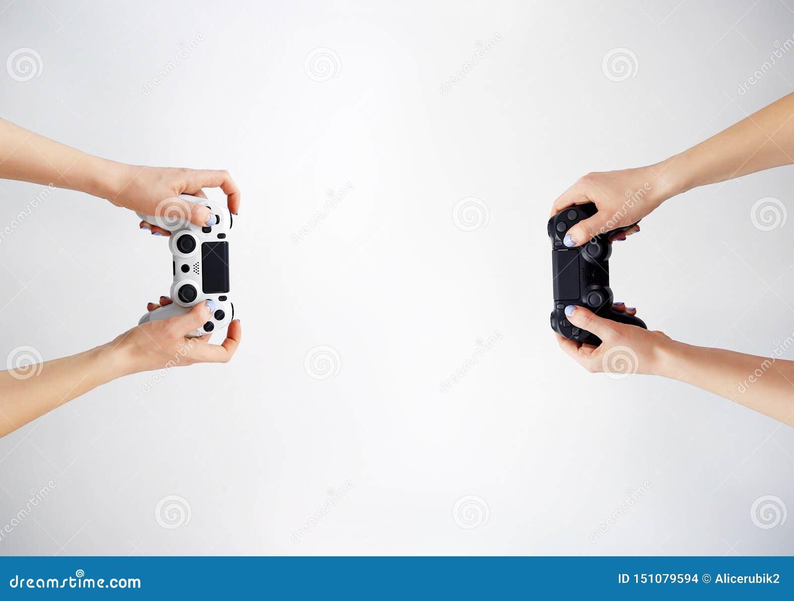 Gamepad in der Hand Videospiele gamer Spielwettbewerb