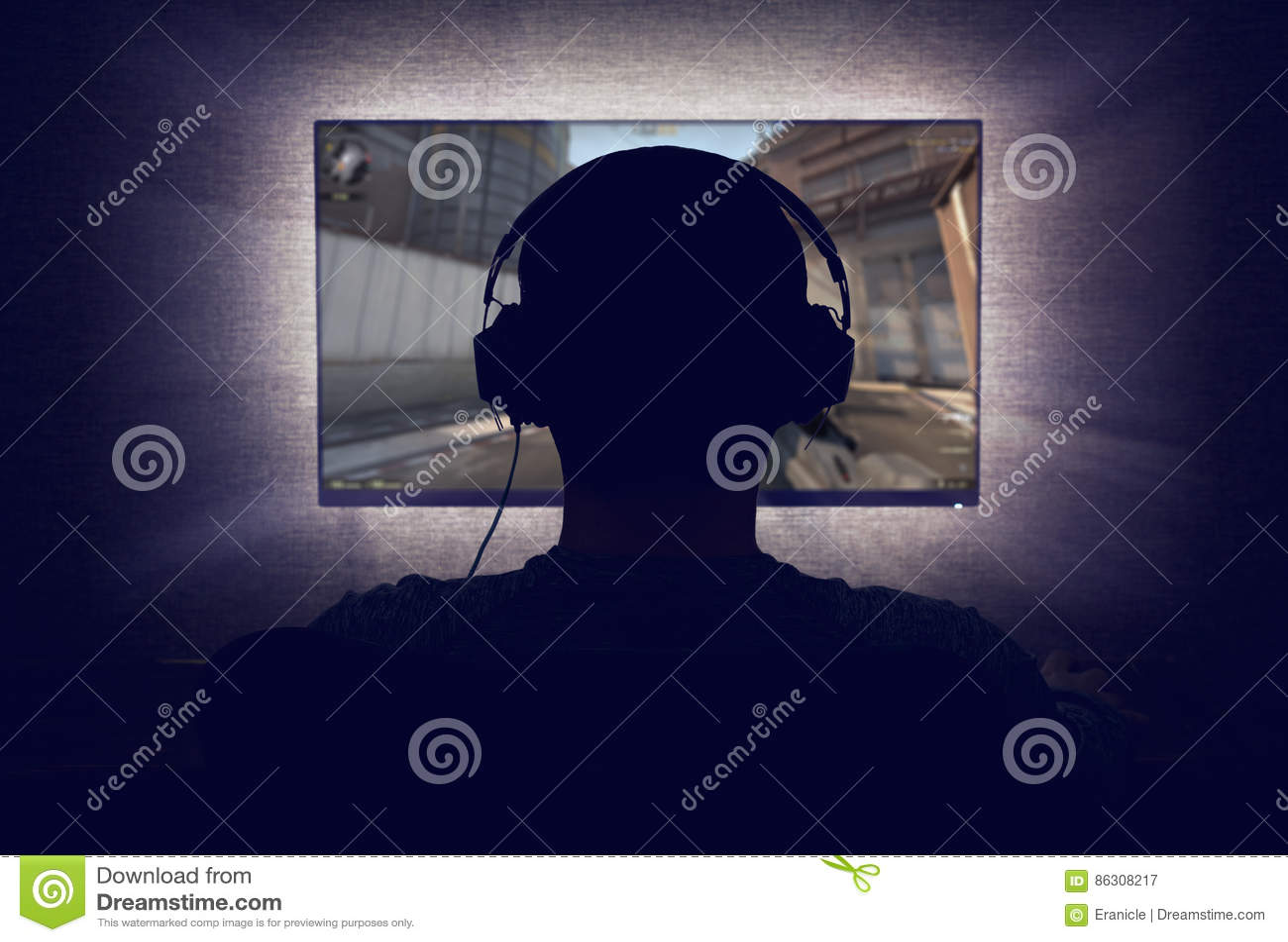 Gamer перед пустым монитором