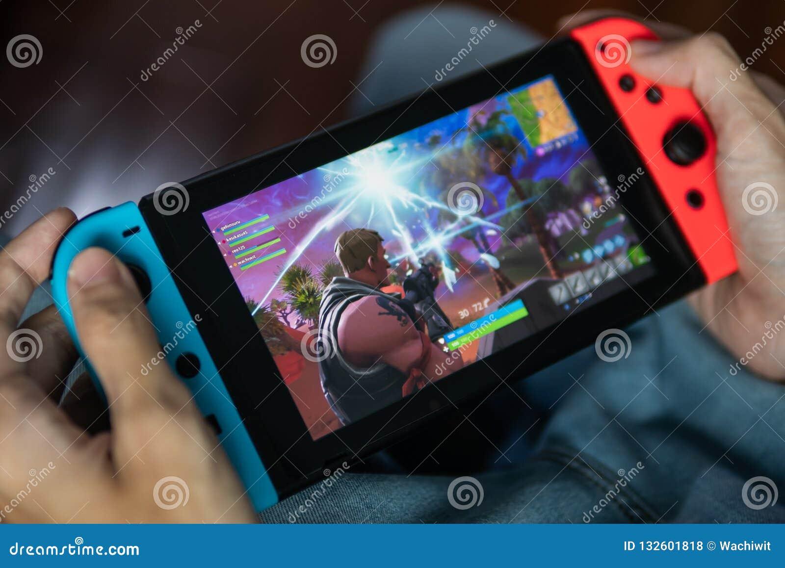 Gamer jouant le jeu de Fortnite sur le commutateur de Nintendo