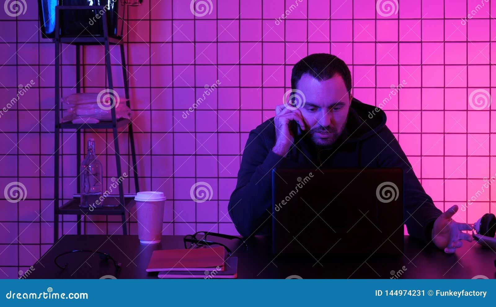 Gamer που κάνει μια κλήση