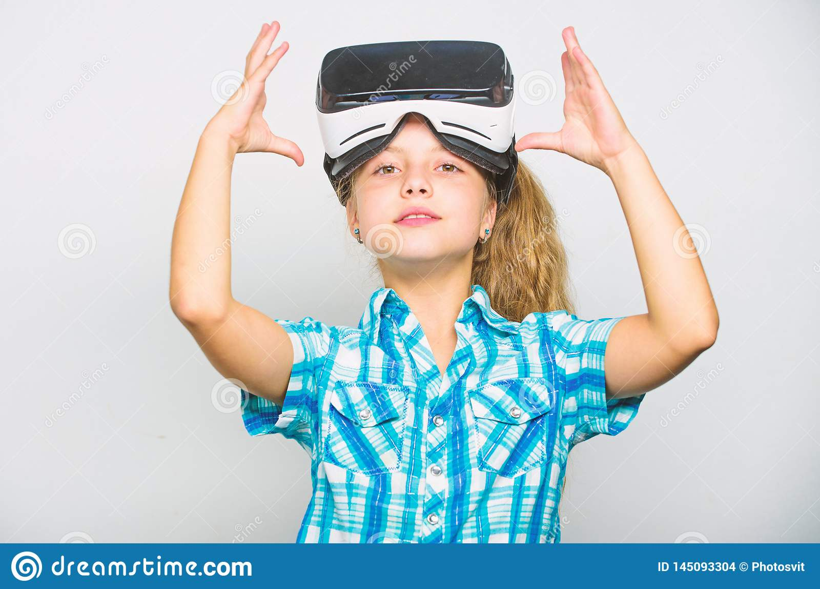 Немногое концепция gamer Игры детской игры виртуальные с современным прибором Исследуйте виртуальную возможность Самые новые дети