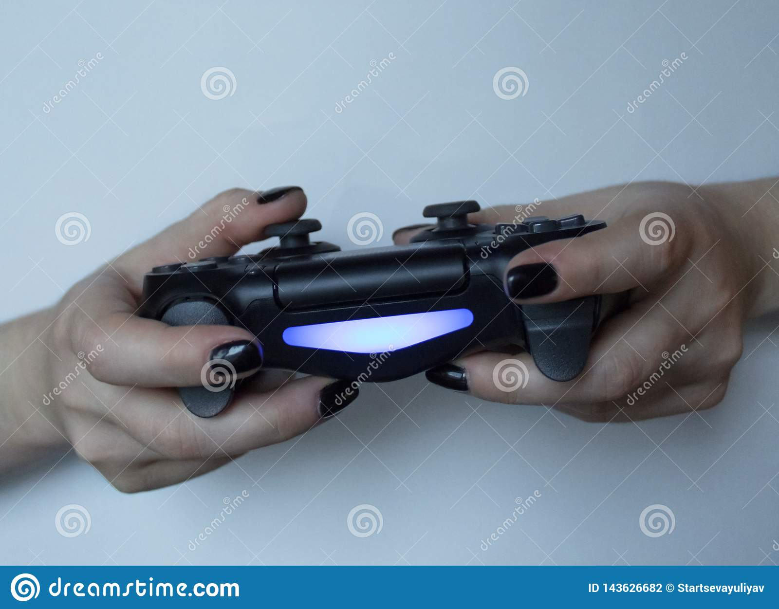 Gamermädchen, das Gamepad hält Weibliche Hände mit Steuerknüppel-Konsole Videospiel