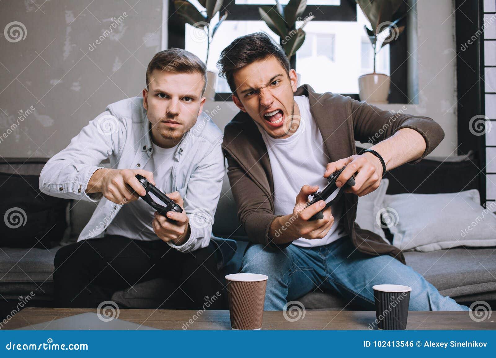 Gamers som spelar partiet
