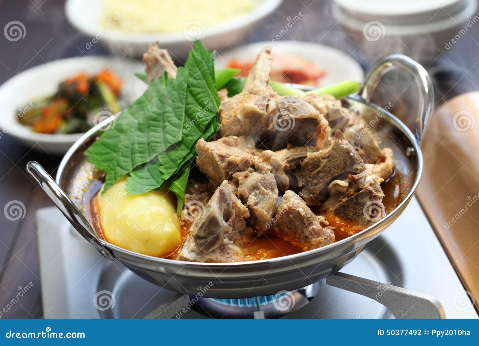 gamjatang, schweinefleischknochen und kartoffelsuppe, koreanische