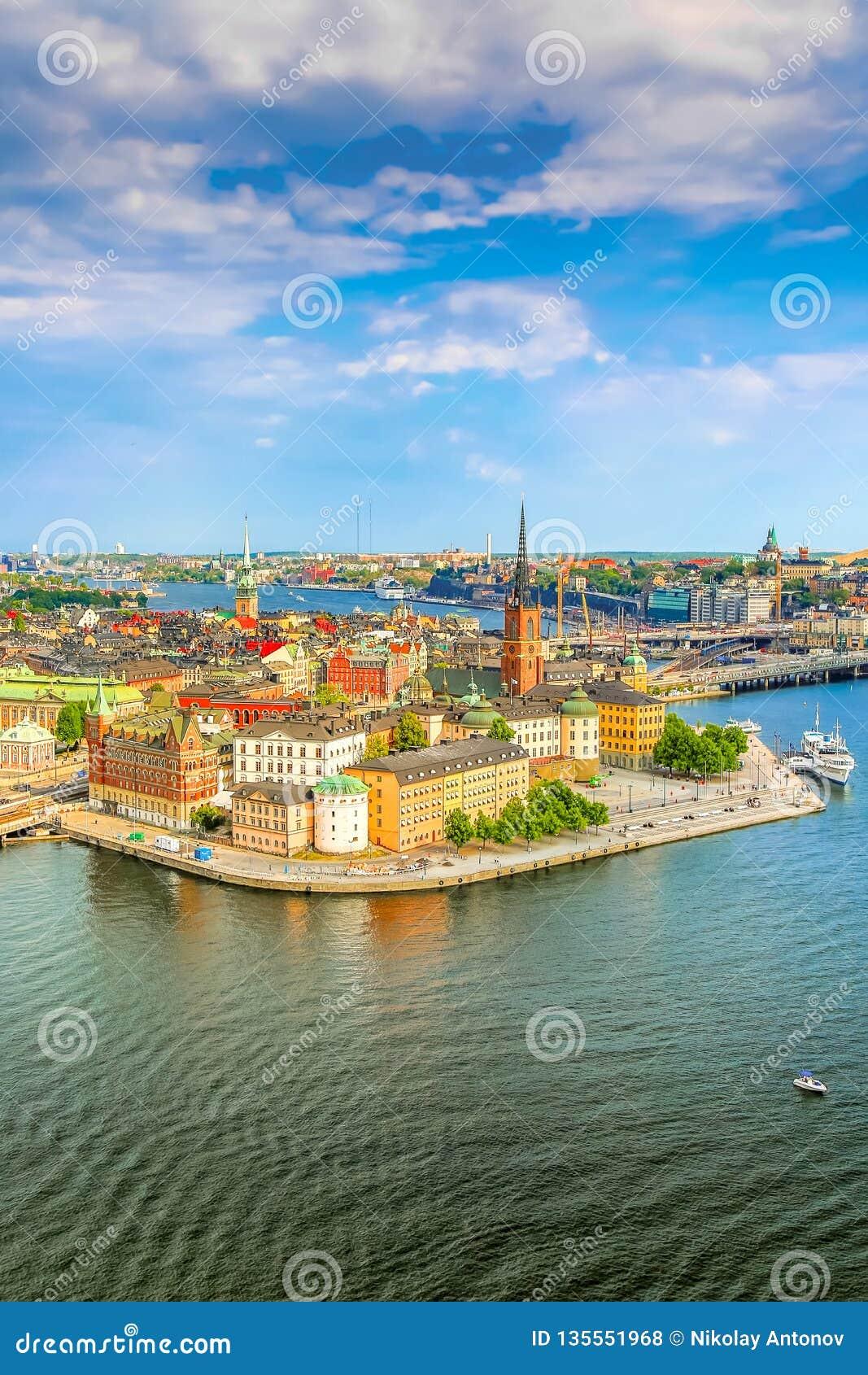 Gamla斯坦,斯德哥尔摩在一个晴朗的夏日,瑞典的老部分 从斯德哥尔摩市政厅Stadshuset的鸟瞰图