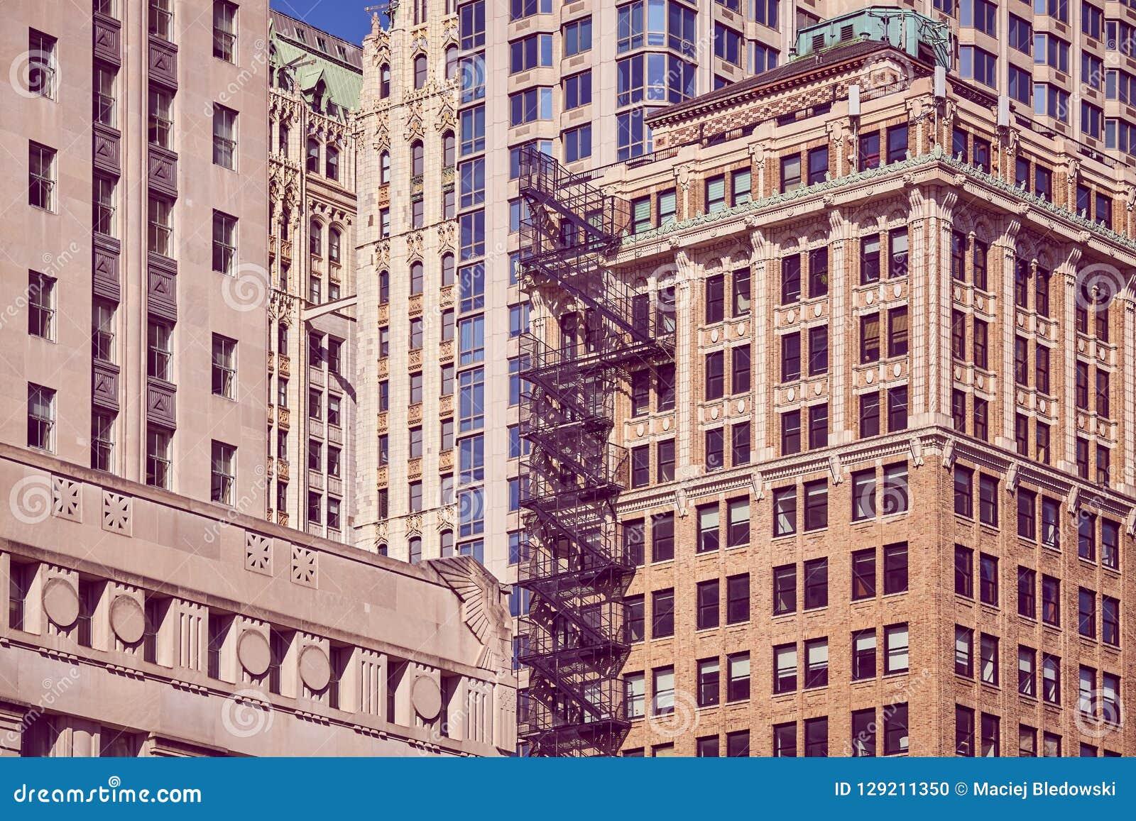 Gamla byggnader med brandflykten, NYC
