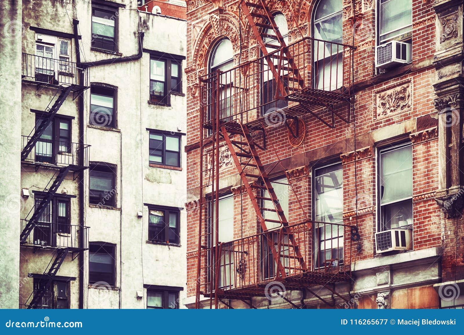 Gamla byggnader med brandflykter, NYC
