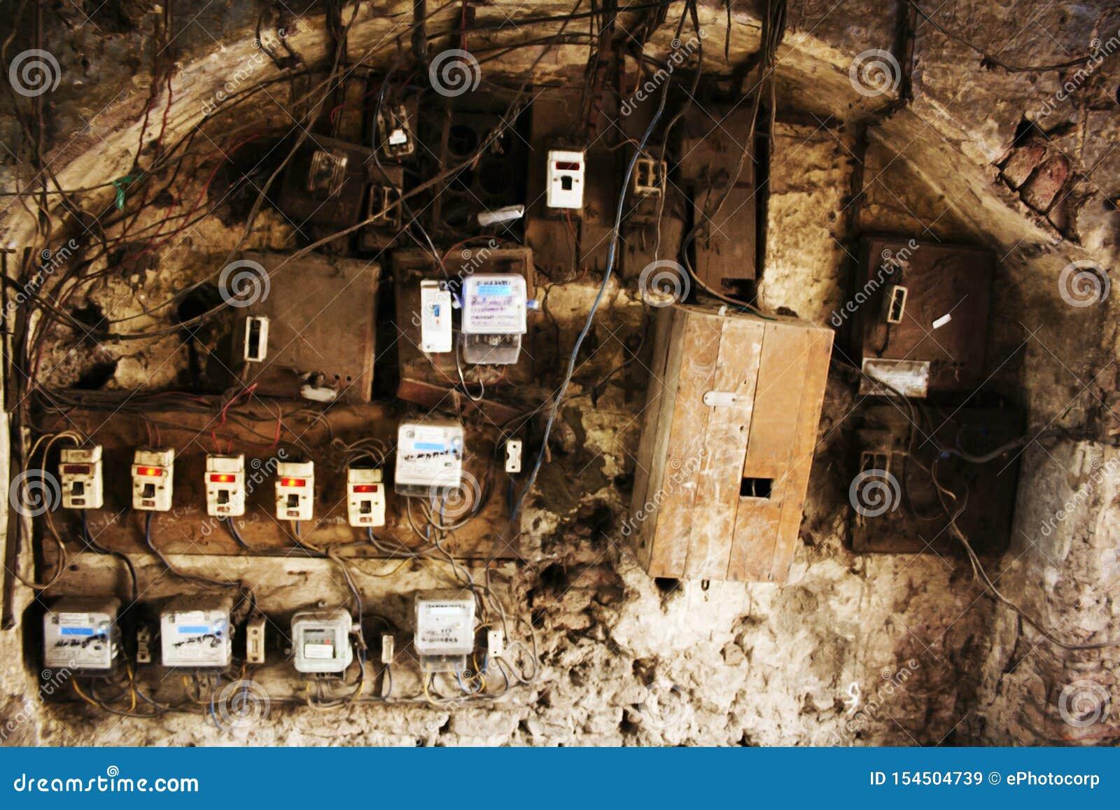 Gamla elektricitetsströmbrytareaskar i Wadas av Pune, Indien