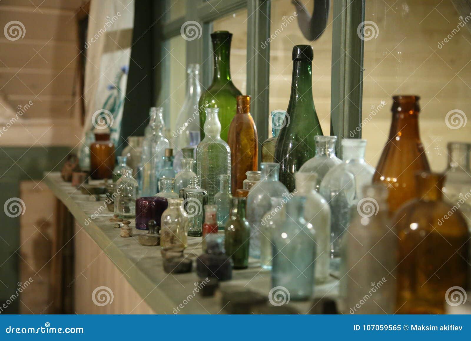 Gamla glasflaskor och flaskor