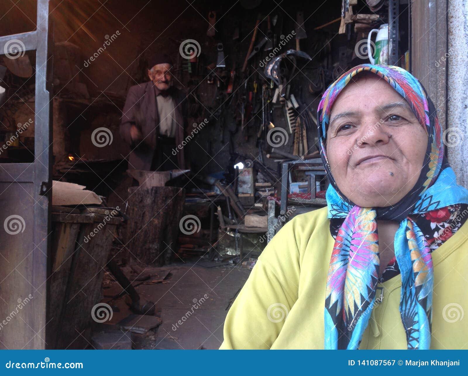 Gamla hantverkarepar som arbetar i deras hovslagare, shoppar i Roudbar, Iran