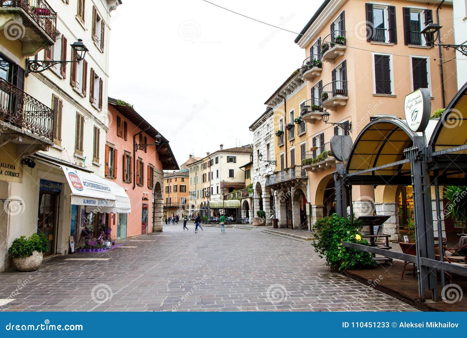 Gamla hus, kaféer och en väg i Verona Italien närbild 06 05,2017