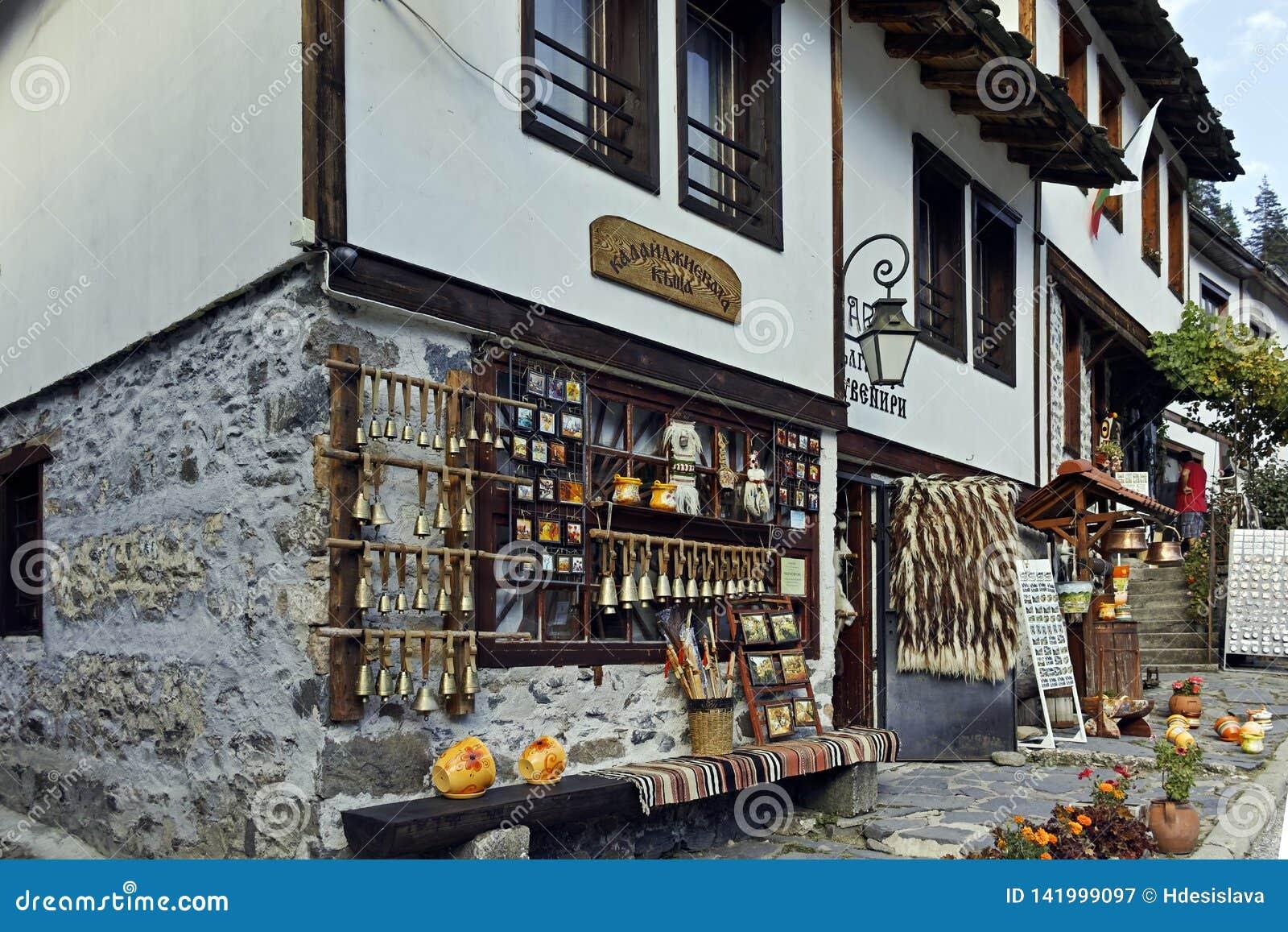 Gamla hus och gator i historisk stad av Shiroka Laka, Bulgarien