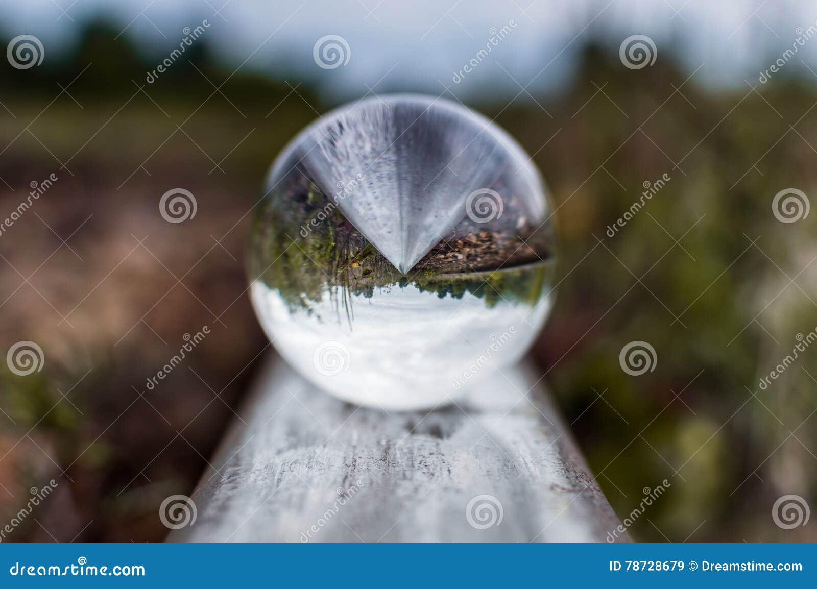 Gamla järnvägsspår med den glass sfären på dem och selektiv fokus