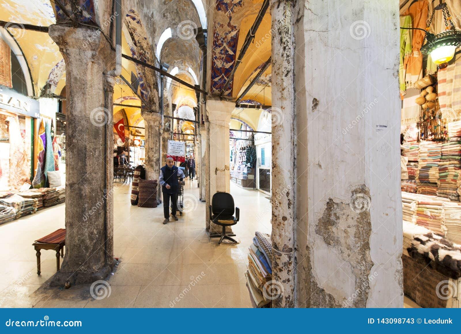 Gamla kolonner i den storslagna basaren, en av den äldsta shoppinggallerian i historia Denna marknad är i Istanbul, Turkiet