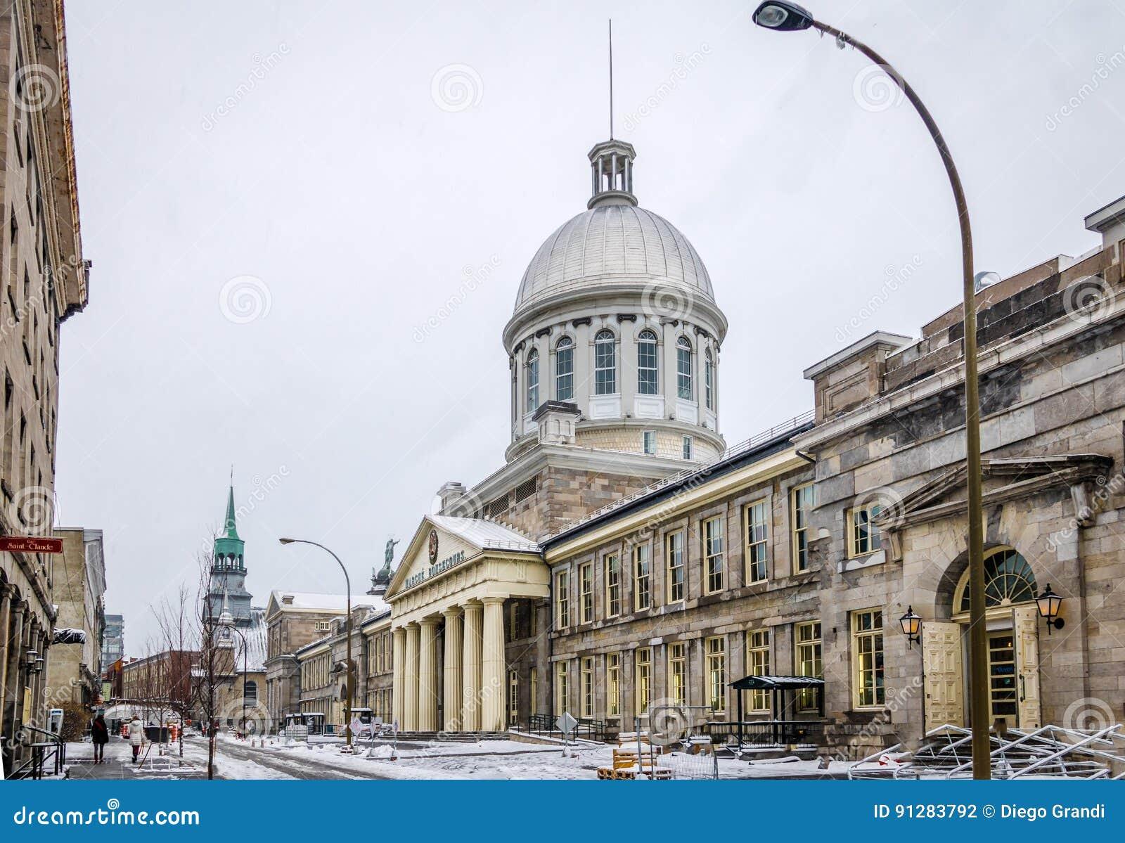Gamla Montreal med snö och Bonsecours marknadsför - Montreal, Quebec, Kanada