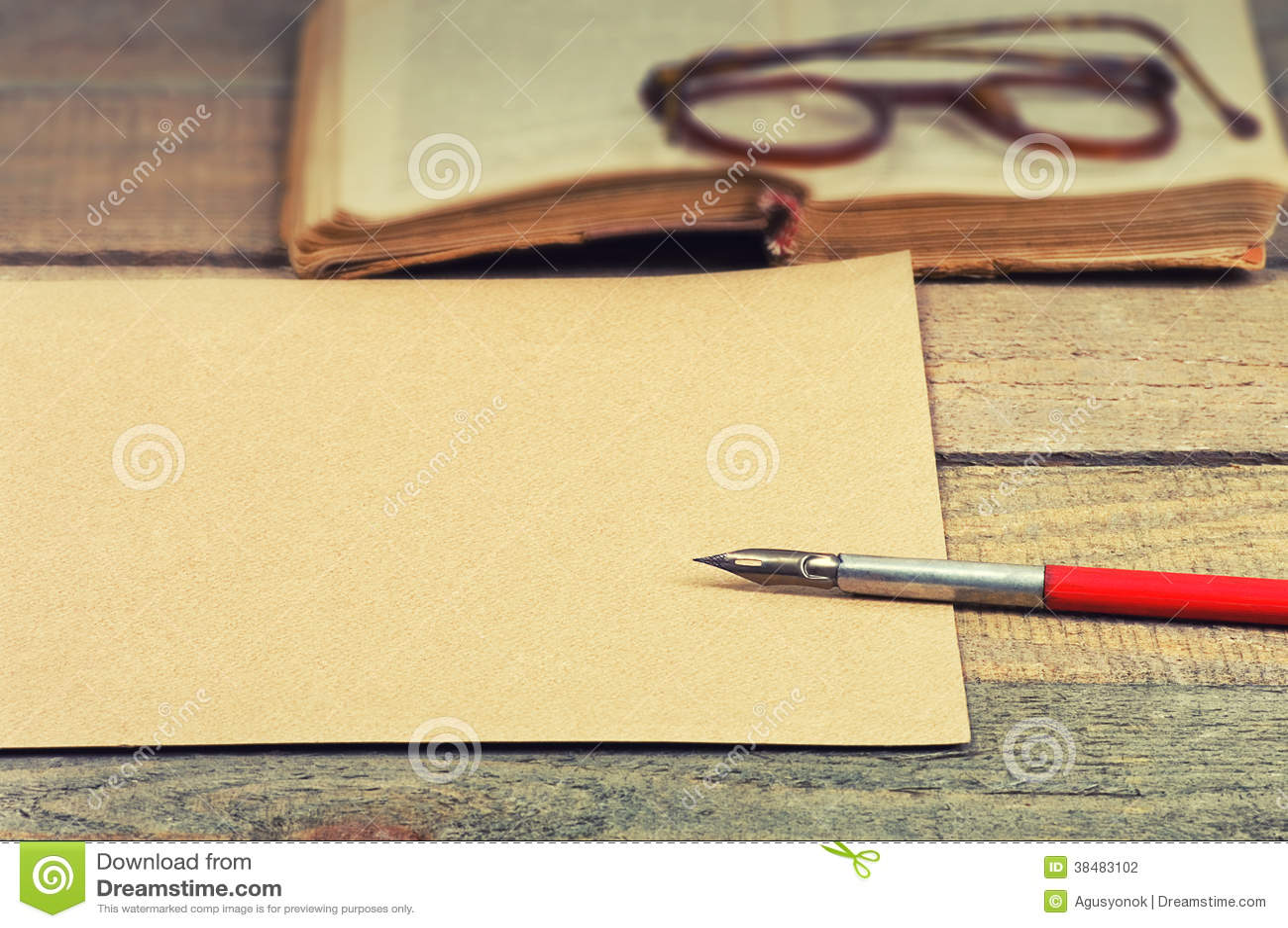 Gamla papper, penna, bok och exponeringsglas
