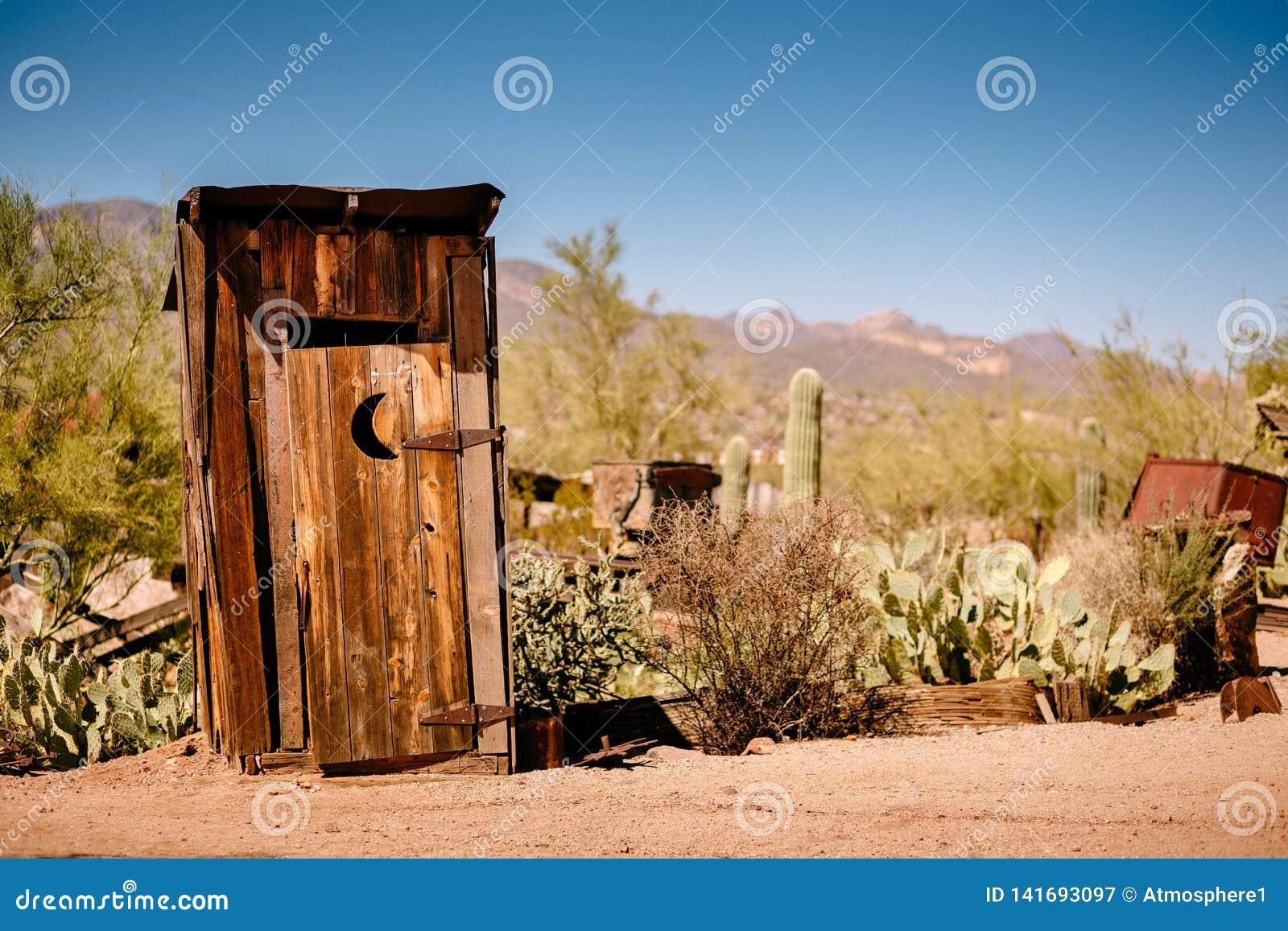Gamla västra torra Toilette i spökstad för guld- min för guldfält i Youngsberg, Arizona, USA