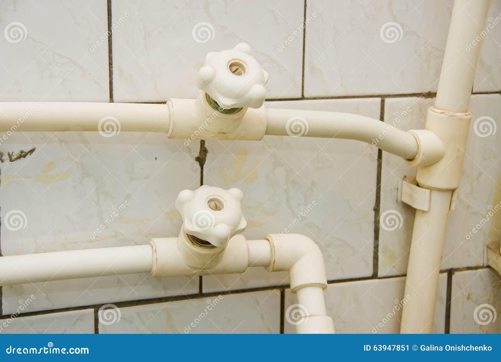 Gamla vattenkranar i ett badrum arkivfoto   bild: 63947851