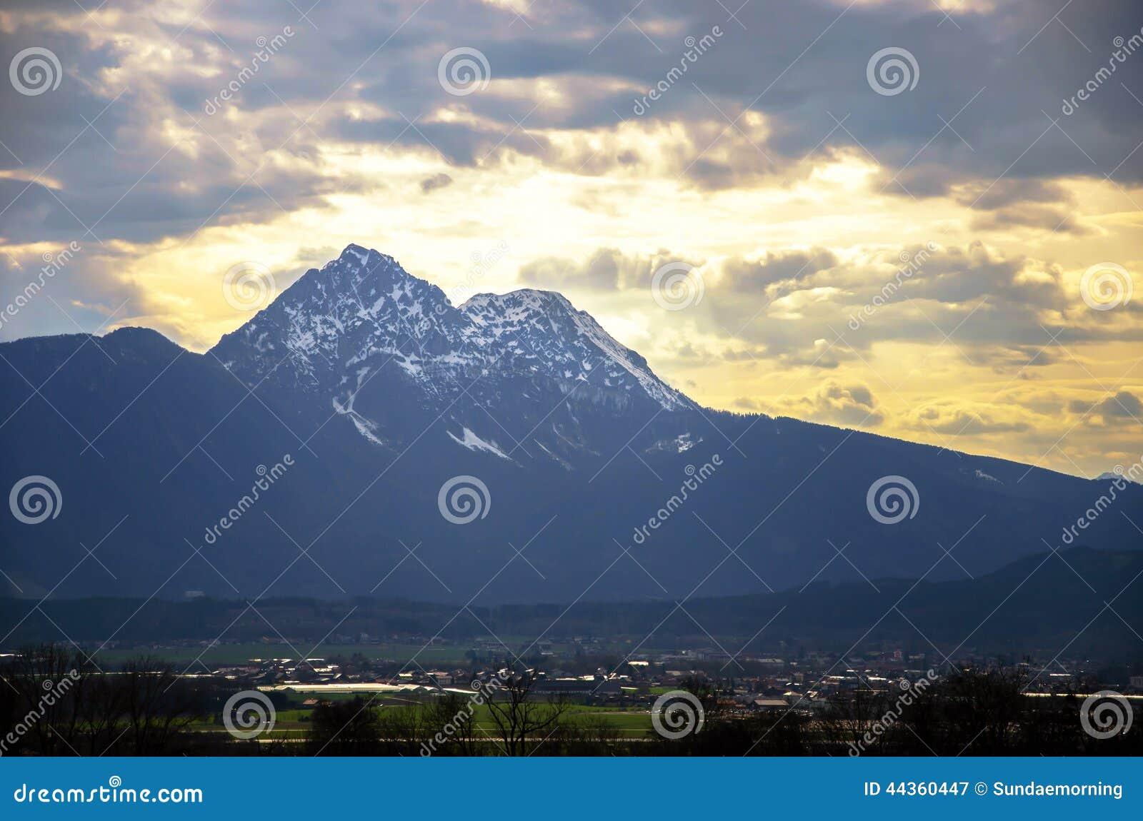 Gamma delle alpi con fondo nuvoloso