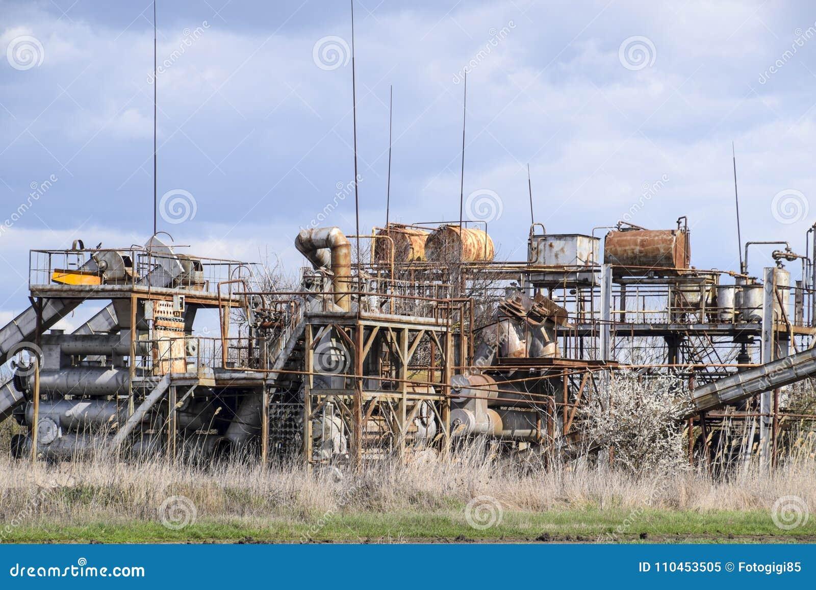 Gammal övergiven eterisk växt Rostad utrustning för destillationen av nödvändiga oljor gammal övergiven fabrik