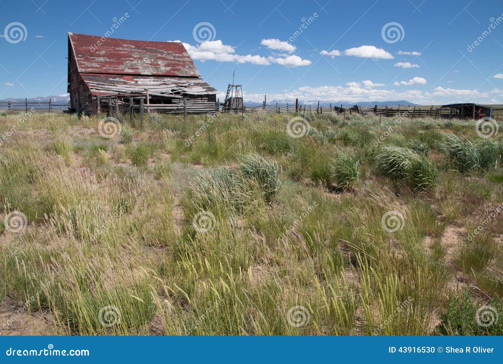 Gammal övergiven ladugård i den nationella djurlivfristaden för Arapaho