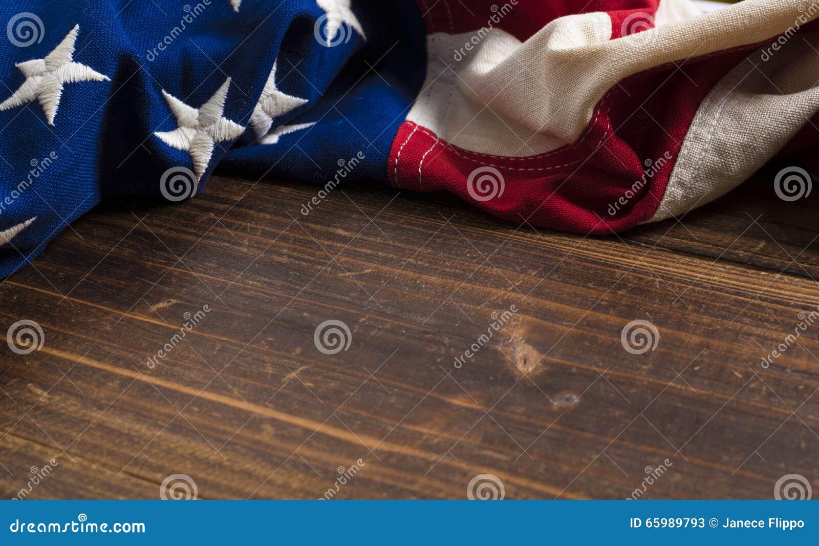 Gammal amerikanska flaggan på träplankabakgrund