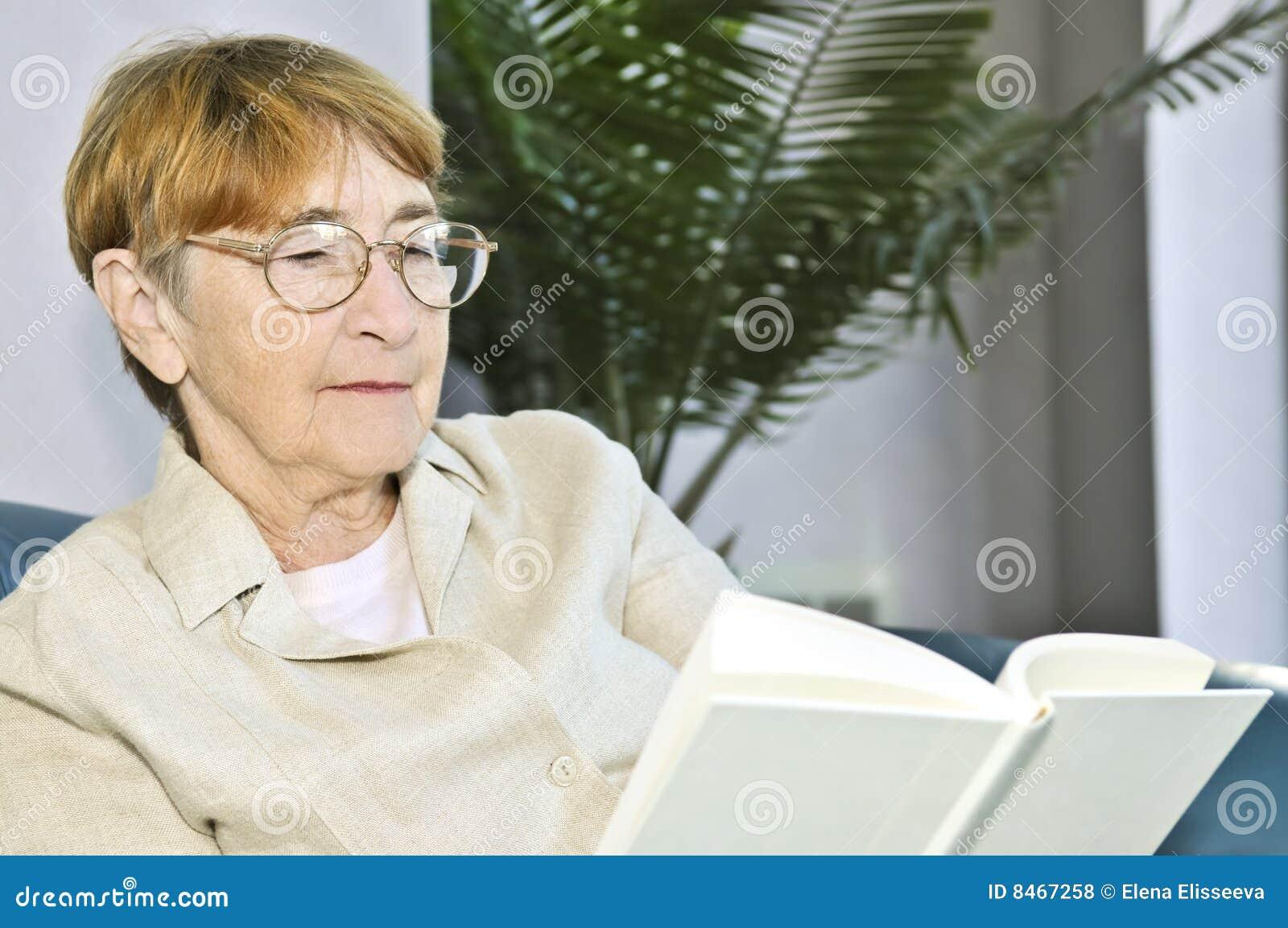 Gammal avläsningskvinna för bok