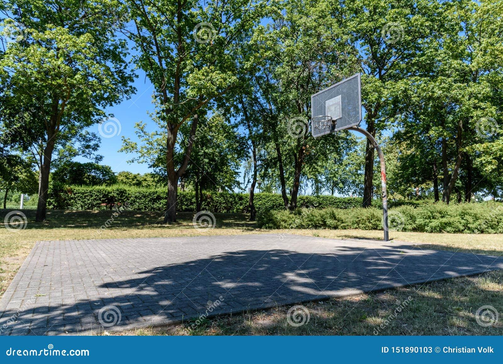 Gammal basketballfield i en stad i östliga Tyskland