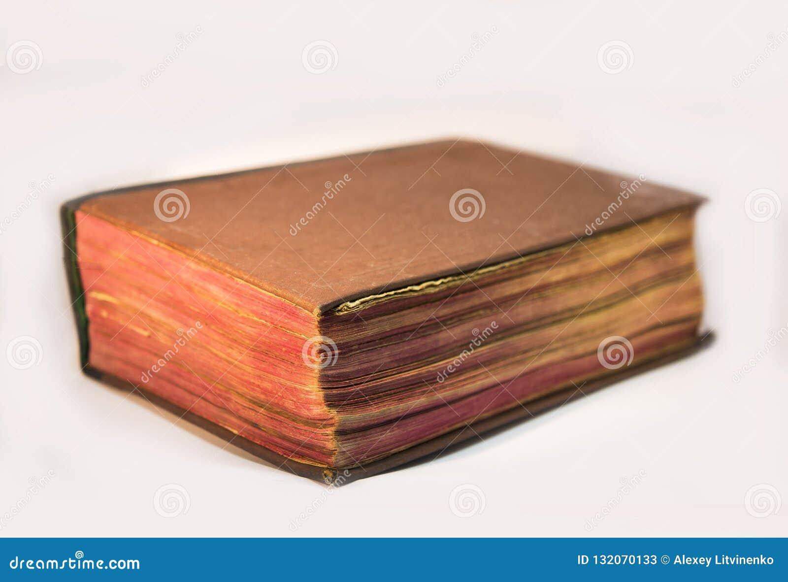 Gammal bibelbok som isoleras på vit