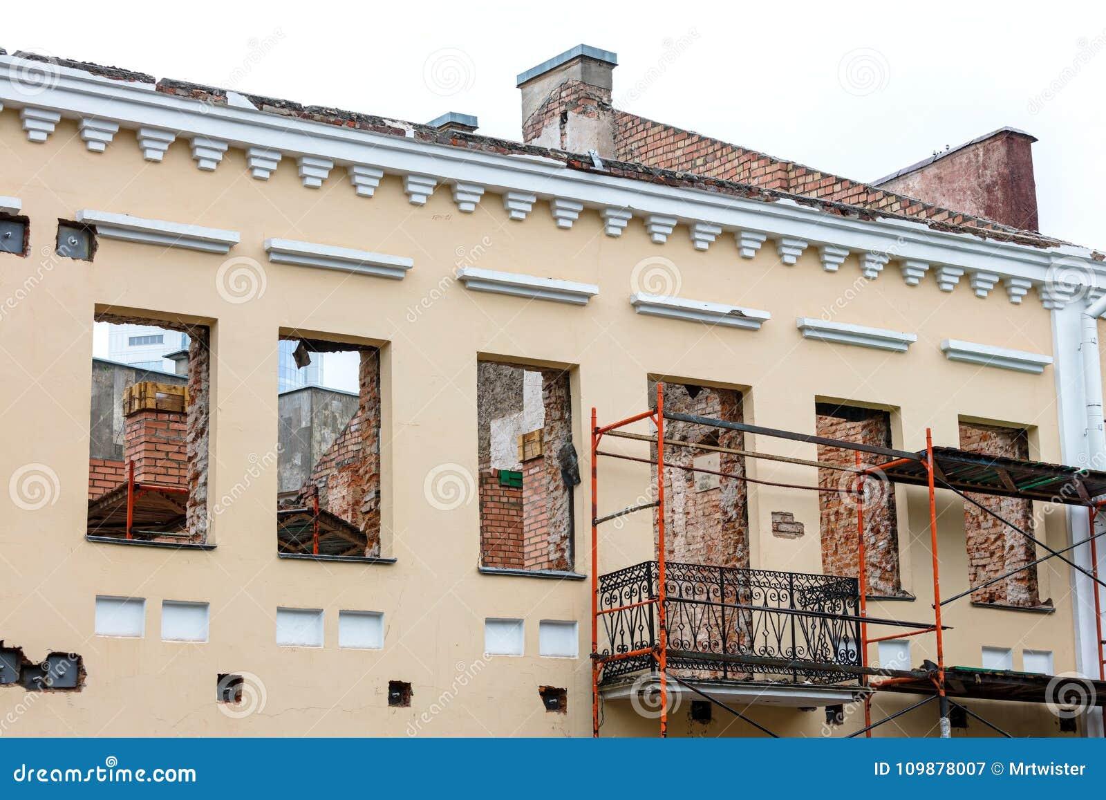 Gammal bostads- byggnad under renovering Husrekonstruktion