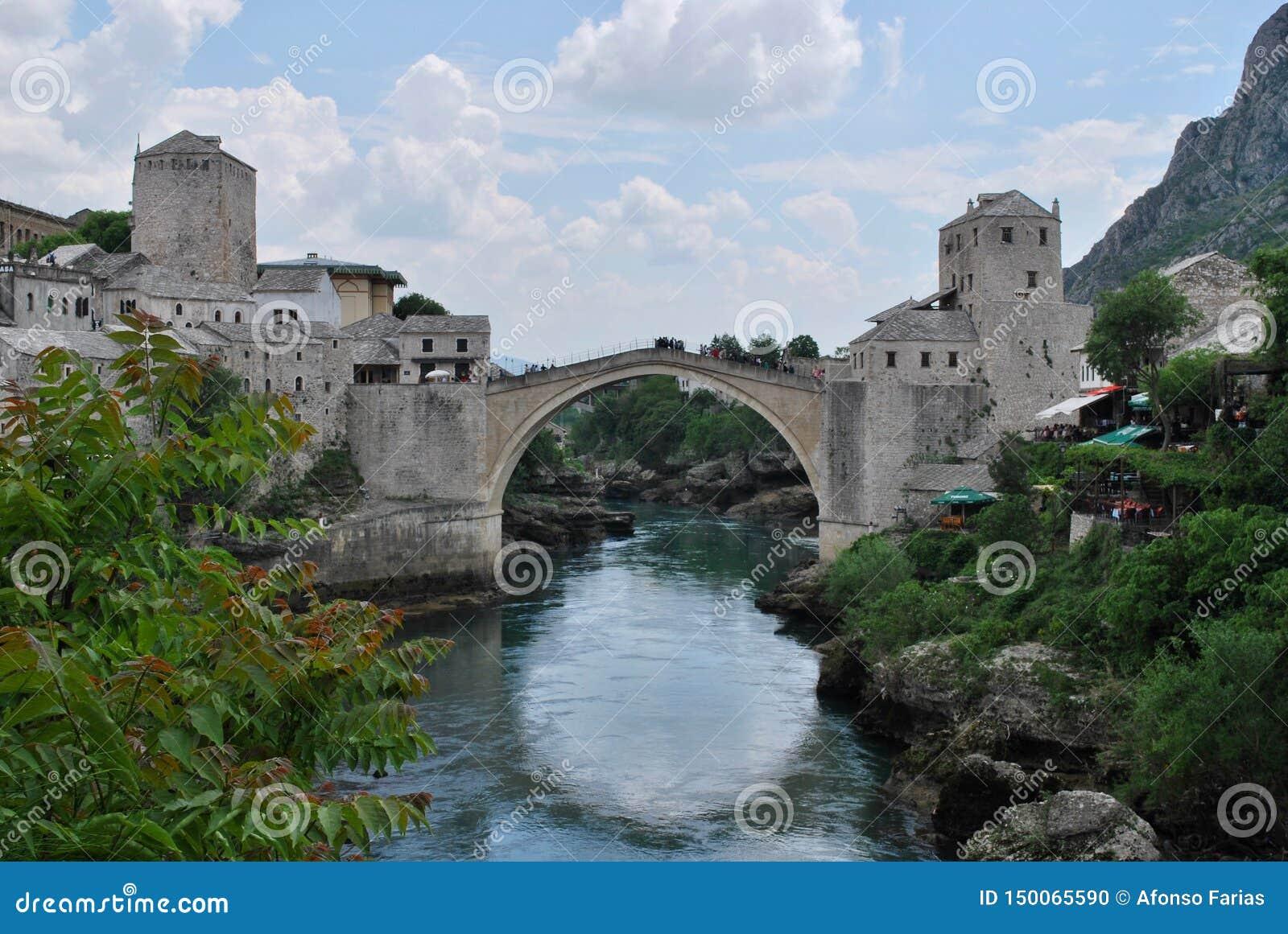 Gammal bro över den Neretva floden i Mostar, Bosnien och Hercegovina