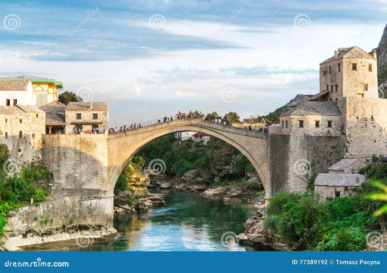 Gammal bro över den Neretva floden i solnedgång, Mostar, Bosnien och Hercegovina