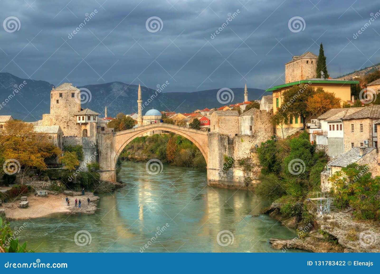 Gammal bro i Mostar, Bosnien och Hercegovina, över den Neretva floden