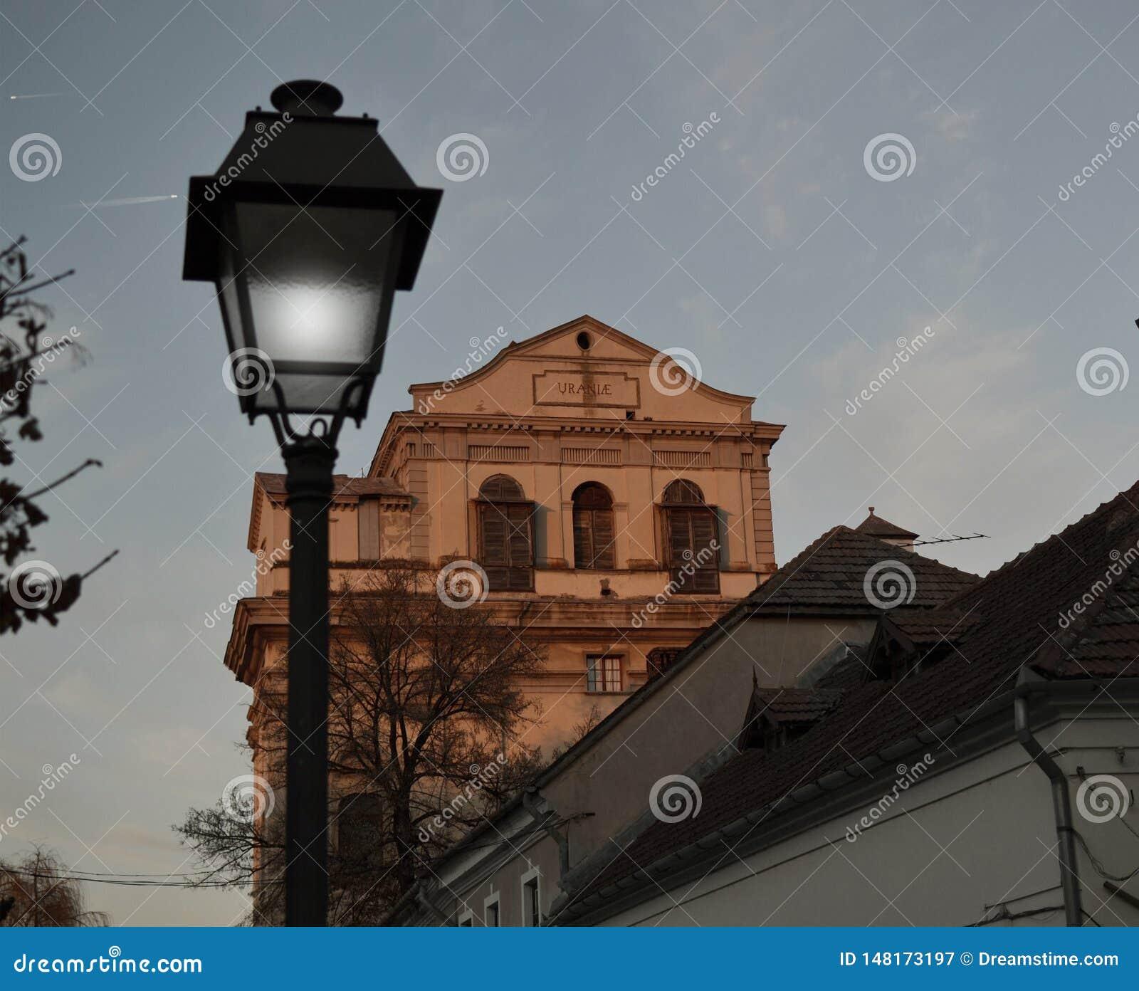 Gammal byggnad med ett gammalt historiskt