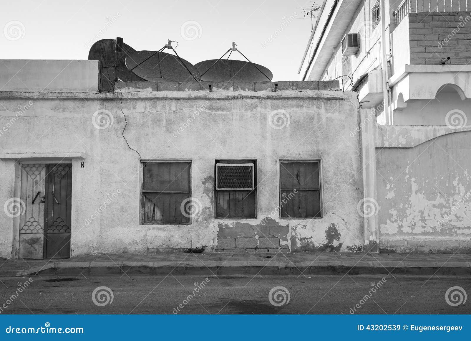 Download Gammal Byggnad Med Fönster Och Hårbalsamapparaten Saud Fotografering för Bildbyråer - Bild av saud, väg: 43202539