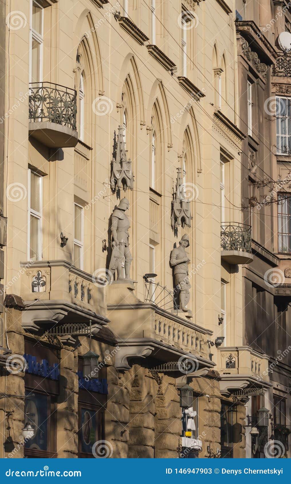 Gammal byggnad med materialet till byggnadsställning i Lviv