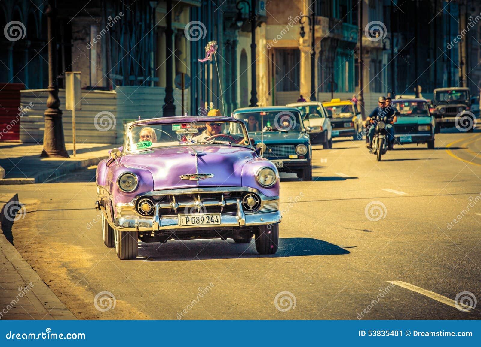 Gammal dam i gammal bil