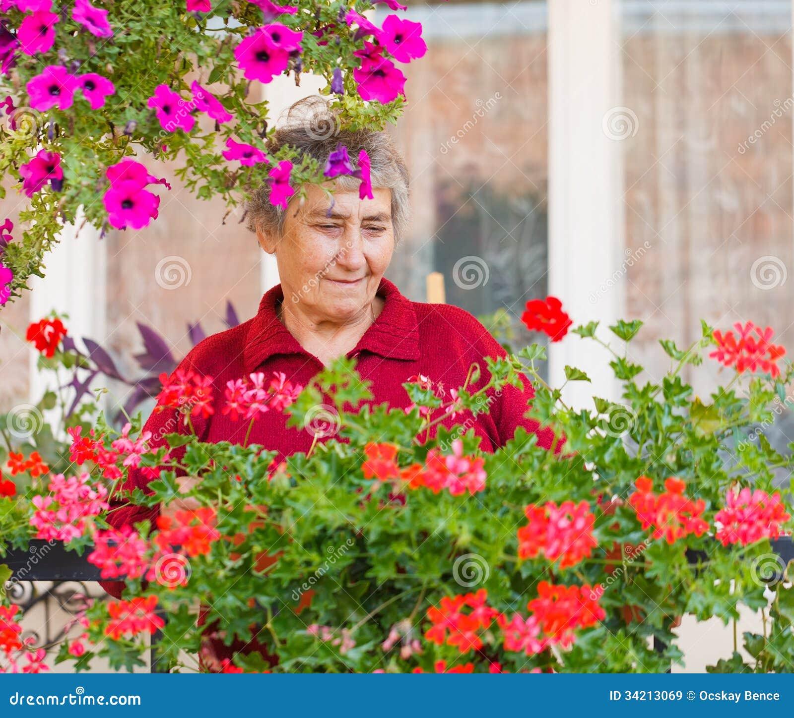 Gammal dam med blommor