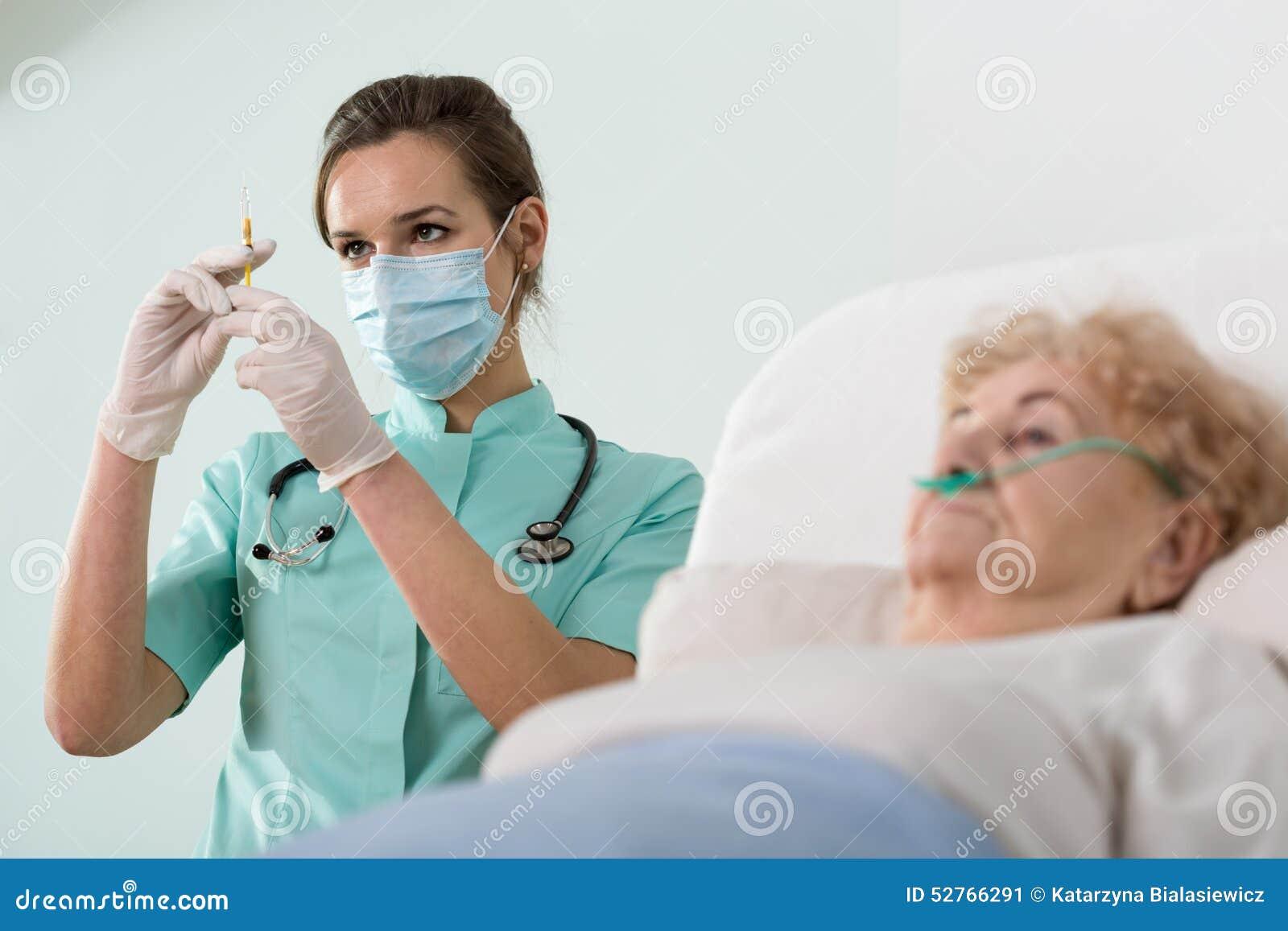 Gammal dam omkring som har en injektion