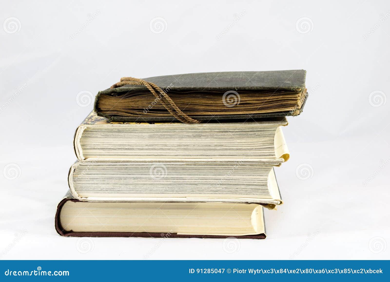 Gammal dammig bok på vit isolerad bakgrund