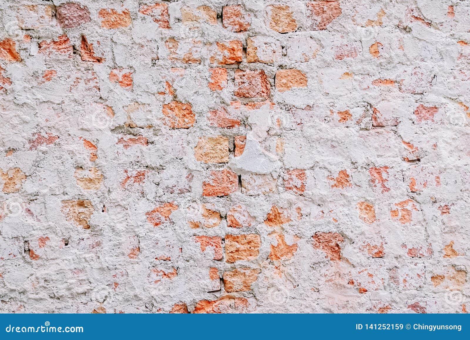 Gammal erosion för förfall för skada för väggen för röd tegelsten, stenar bakgrundsväggen