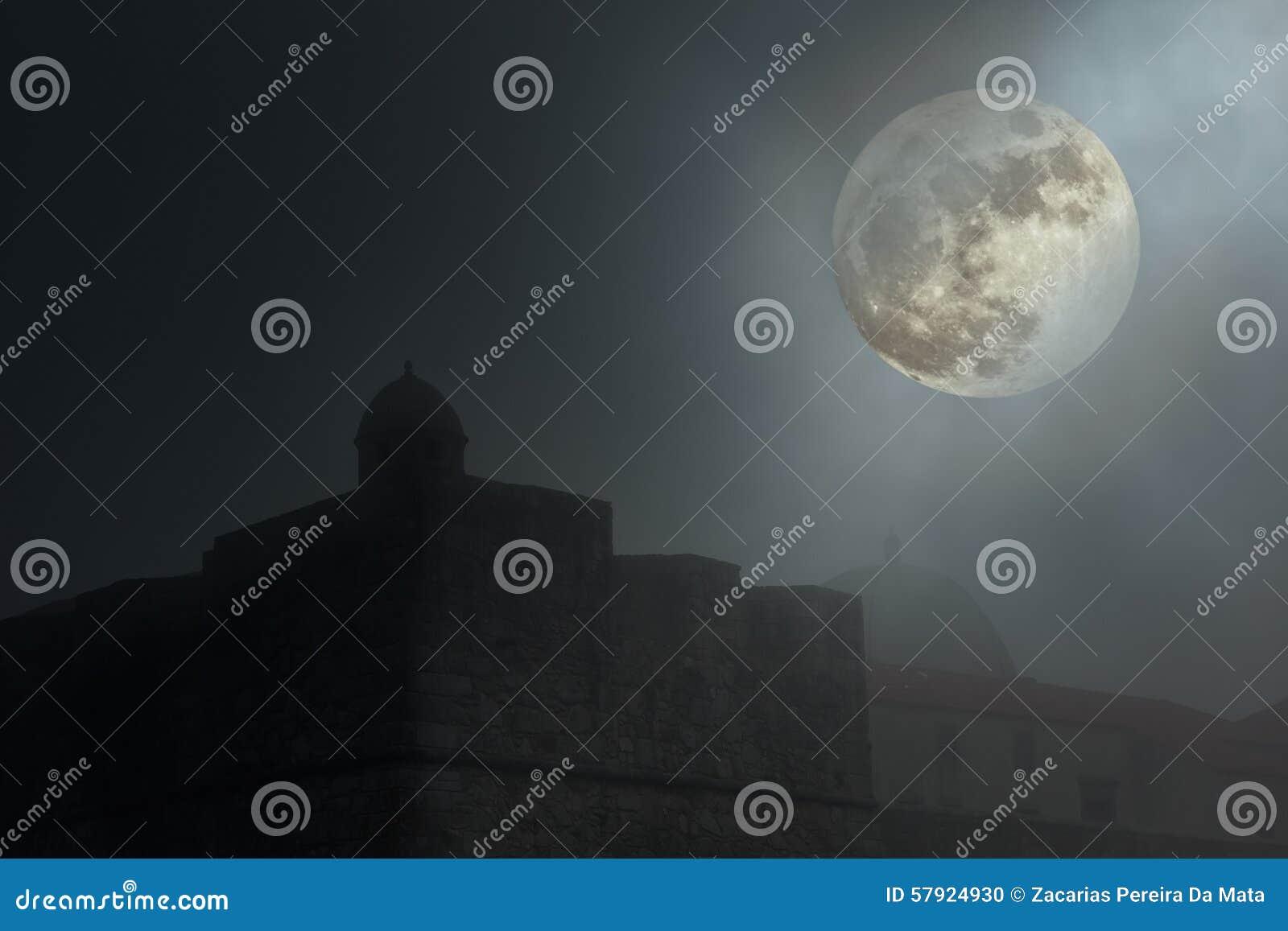 Gammal fästning i en dimmig natt
