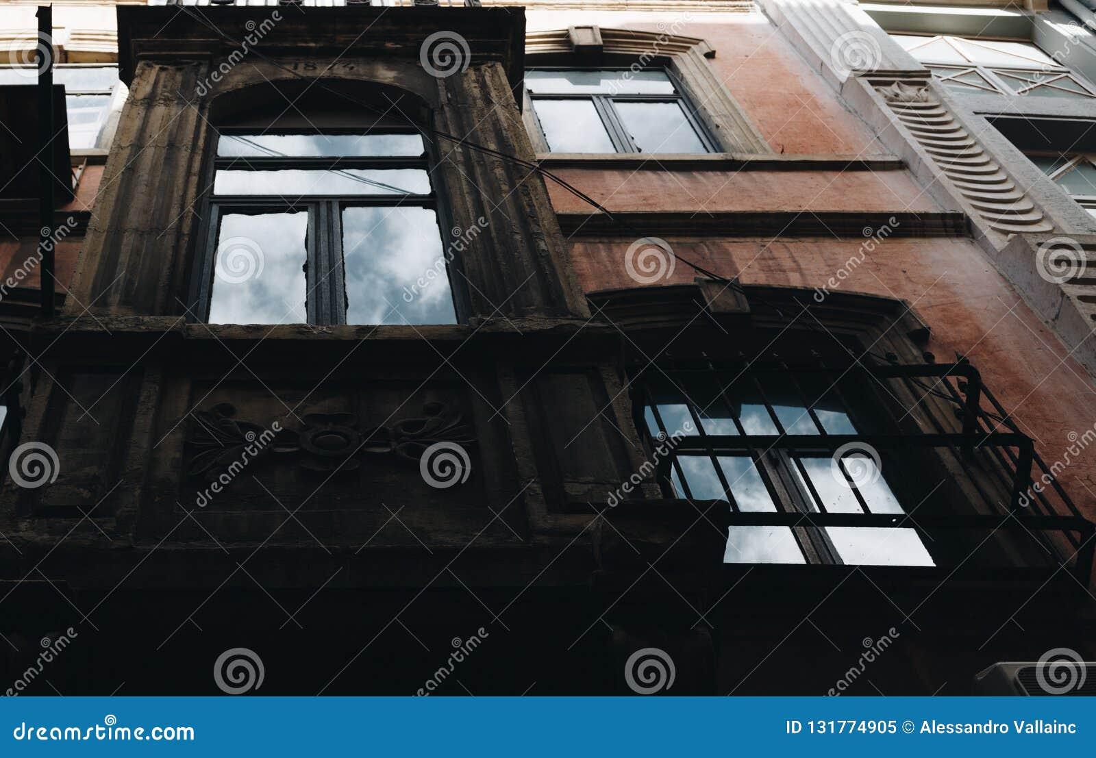 Gammal fasad med reflexionen av himlen, istanbul kalkon