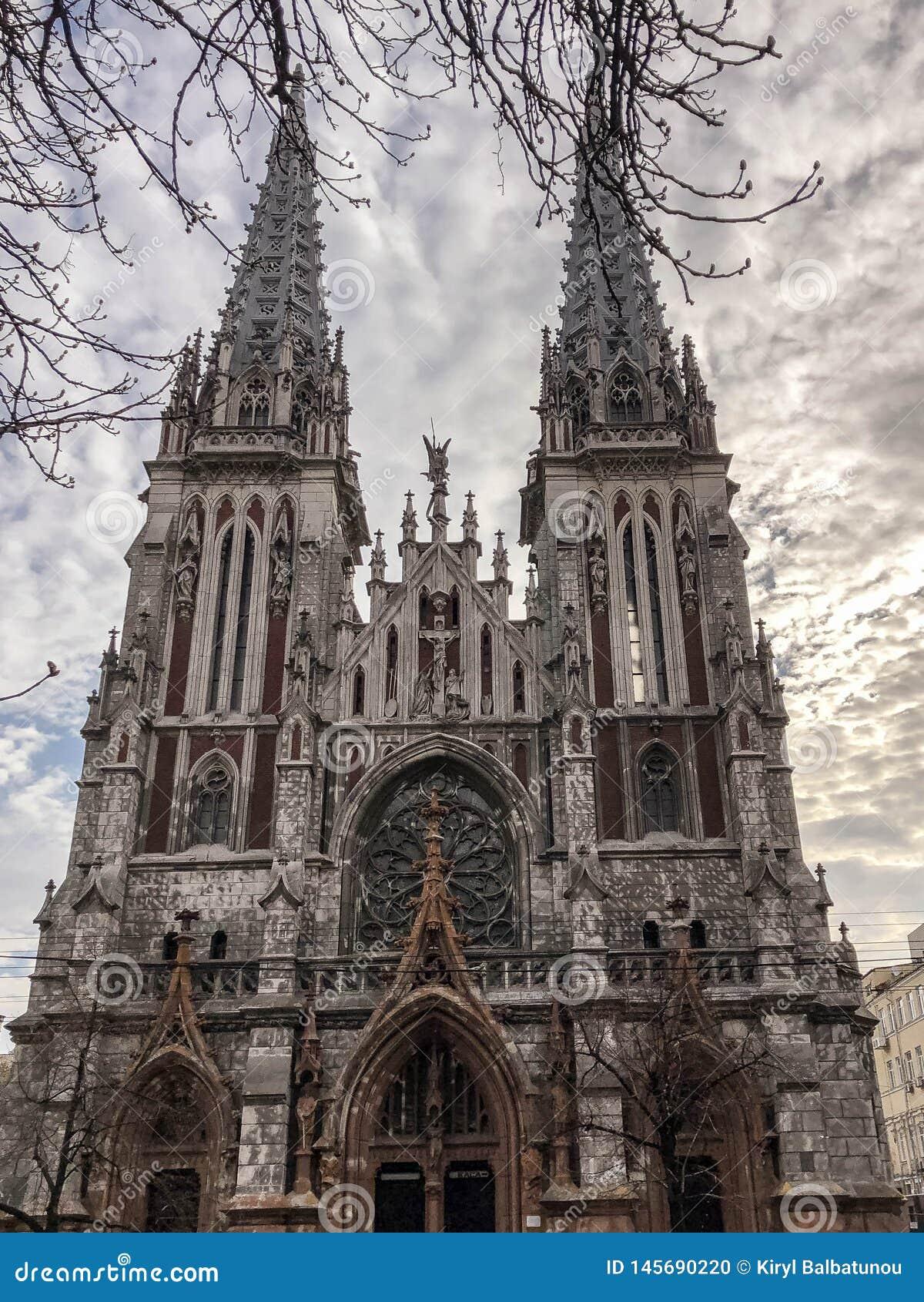 Gammal forntida medeltida grå kuslig läskig katolik, ortodox gotisk kyrka med spiers Europeisk arkitektur