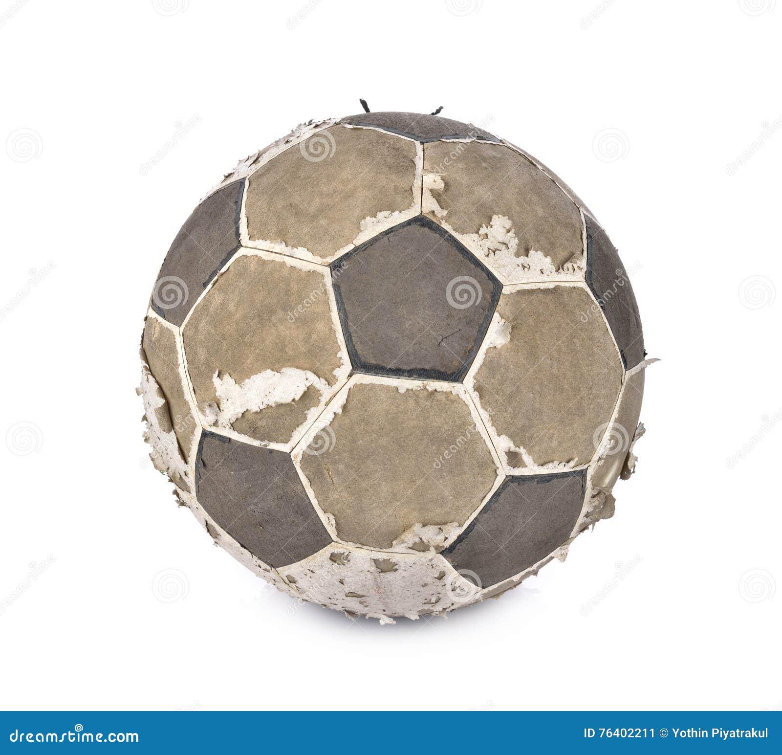 Gammal fotbollboll på vit bakgrund