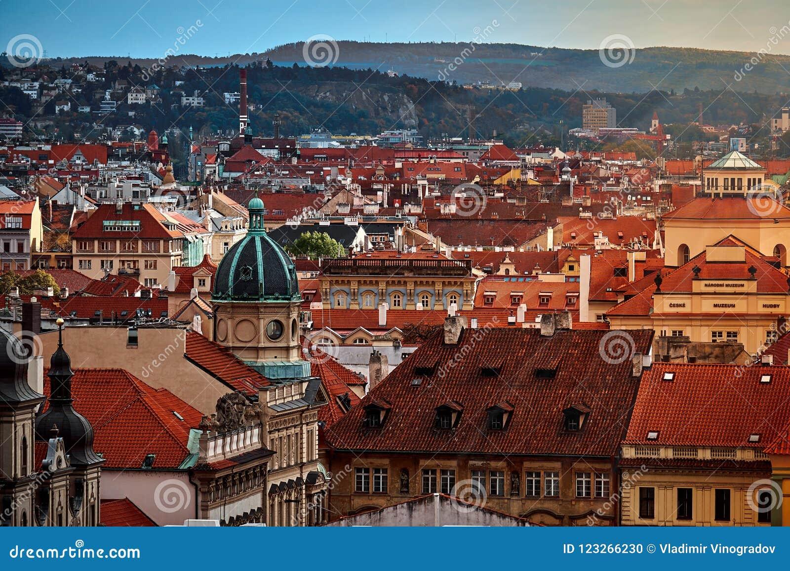 Gammal gata i Prague på morgonen som är i stadens centrum, Tjeckien, europeiskt lopp