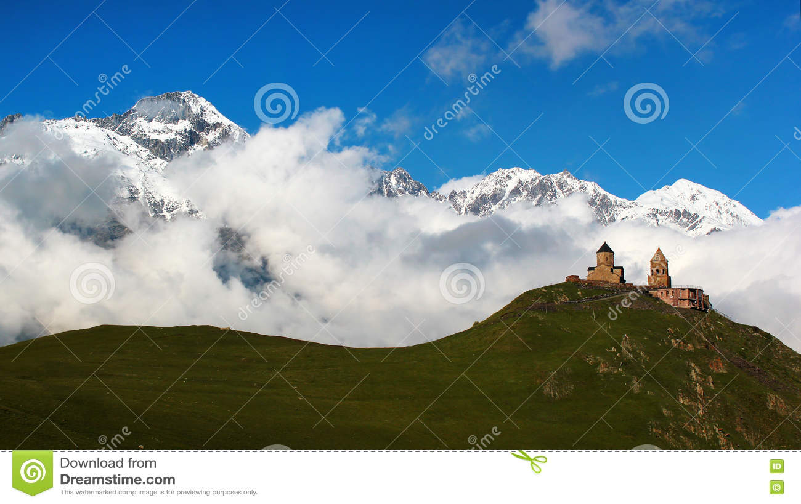 Gammal Gergeti kristen kyrka nära Kazbegi, Stepantsminda by