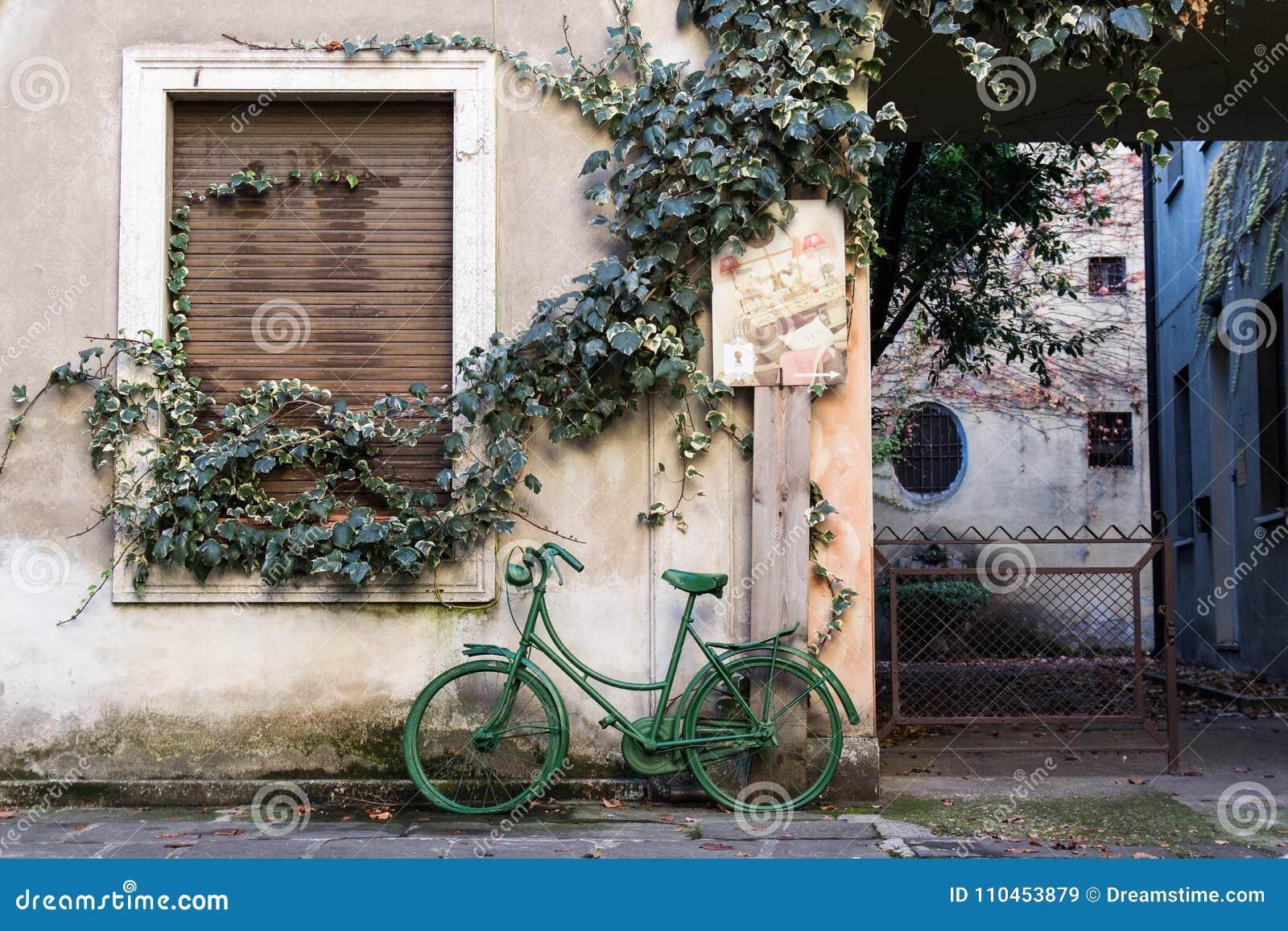 Gammal grön cykel från vägarna av Brescia
