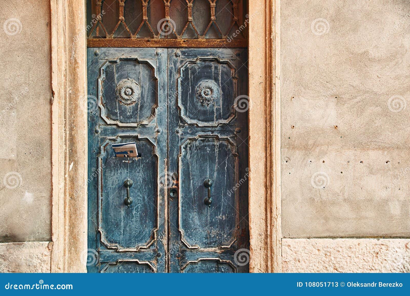 Gammal härlig dörr med en tidning i bokstavsask