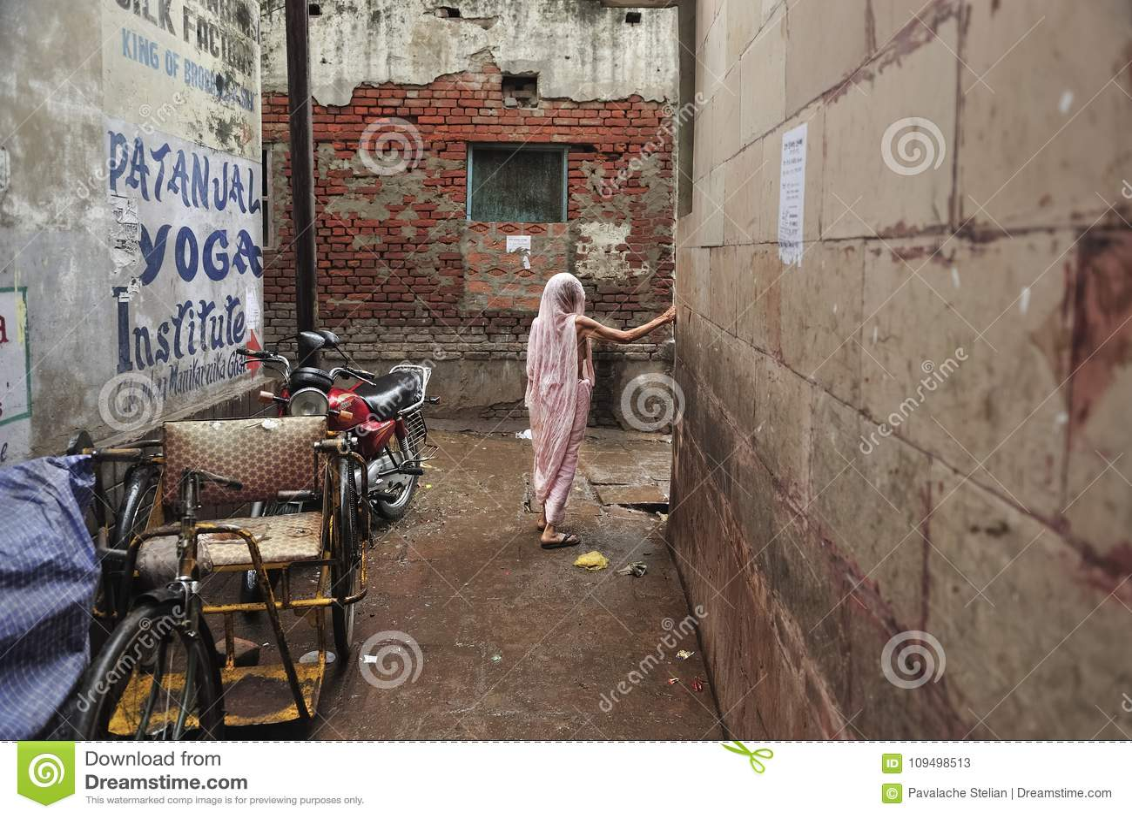 Gammal indisk Lady i Varanasi
